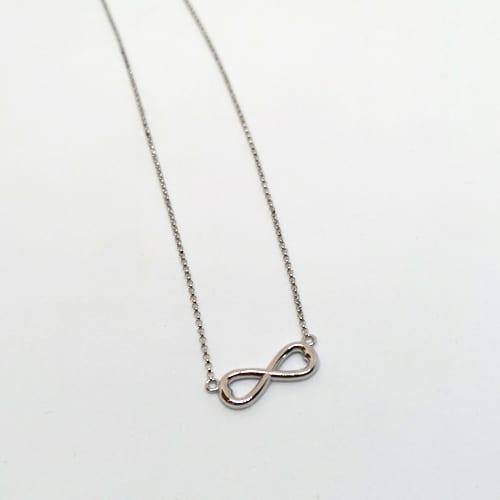 Zlatna ogrlica od bijelog zlata sa simbolom beskonačnosti